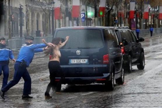 Una activista de Femen se abalanzó en topless sobre la caravana de Donald Trump