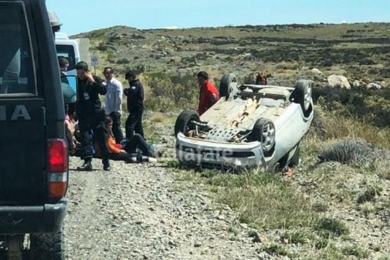 Turistas lesionados al volcar auto cerca del aeropuerto