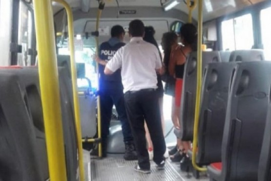 Un colectivero le robó el celular a una pasajera que se quedó dormida