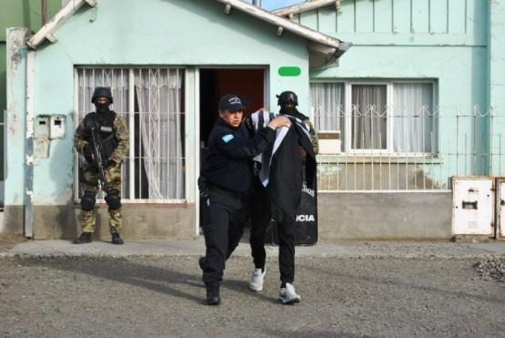 Secuestran armas en allanamiento