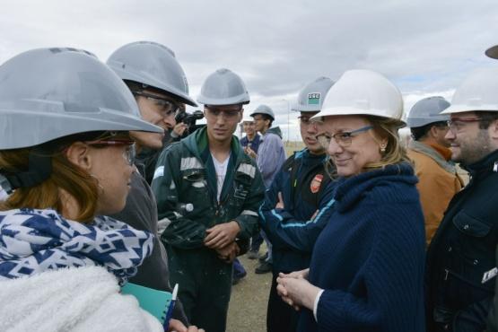 Alicia junto a los estudiantes industriales.