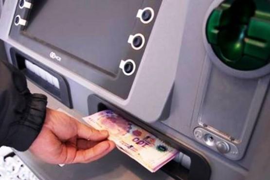 Dejó olvidada la tarjeta en el cajero y le robaron $4000