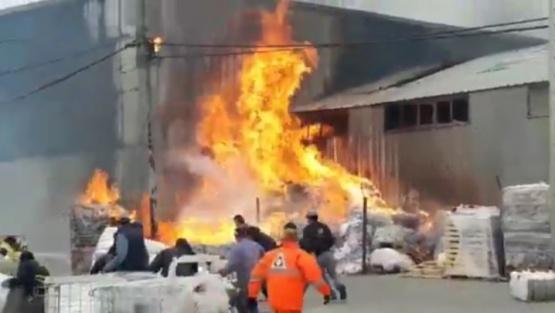 Impresionante incendio en una fábrica de plásticos en Tierra del Fuego