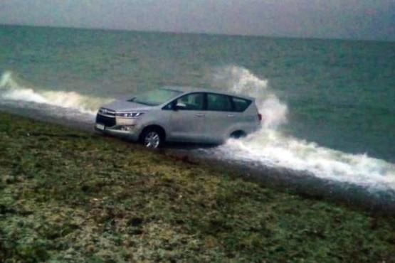 Subió la marea y casi pierde su camioneta de alta gama