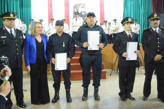 Acompañada por el jefe de la fuerza, José Luis Cortés y el jefe de la División Regional Norte, Carlos Bordón, la gobernadora entregó resoluciones a un grupo de policías locales que se enfrentaron a una banda de delincuentes armados y lograron detenerlos.