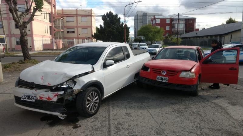 Los vehículos con daños materiales en el frente. (C.G)