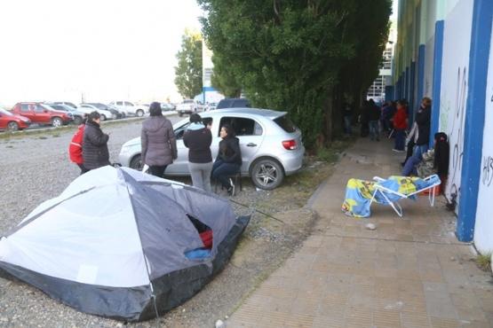 Los padres volvieron a acampar para conseguir una vacante