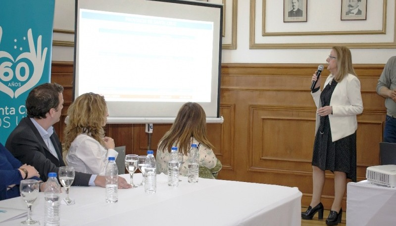 La Gobernadora dio una explicación con PowerPoint.