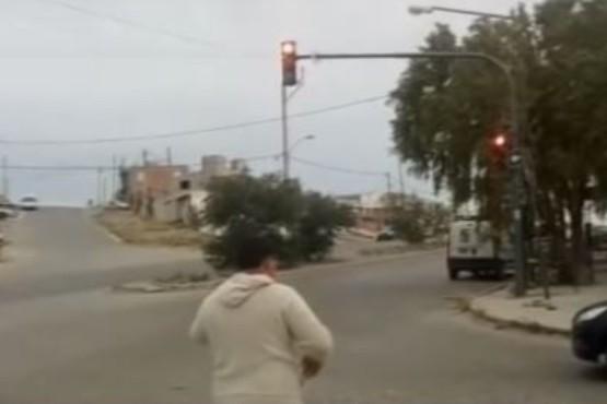 Vio que no había semáforos y dirigió el tránsito dos horas