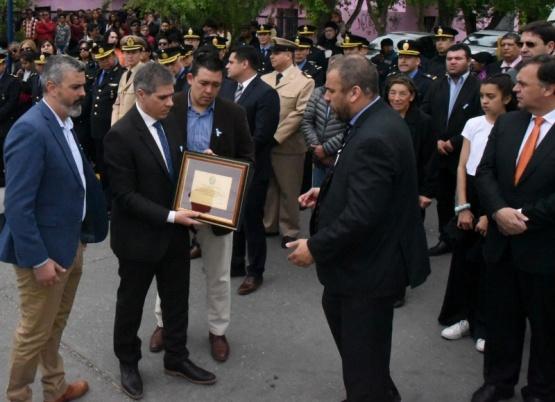 Las autoridades entregaron la placa al Intendente.
