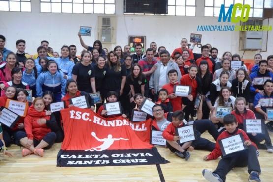El torneo aniversario de Handball se juega en la flamante cancha de parquet