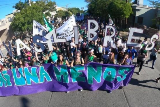 Una marcha por ellas en las calles de Trelew con más de 500 personas