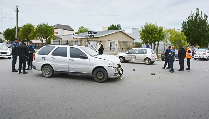 Estado en que terminaron los rodados tras colisionar en calle Tucumán. (Foto: C.R.)