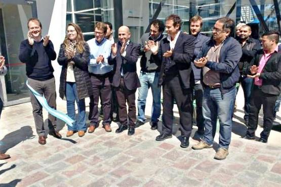 El mes pasado el intendente Carambia participó de la inauguración de oficinas de YPF