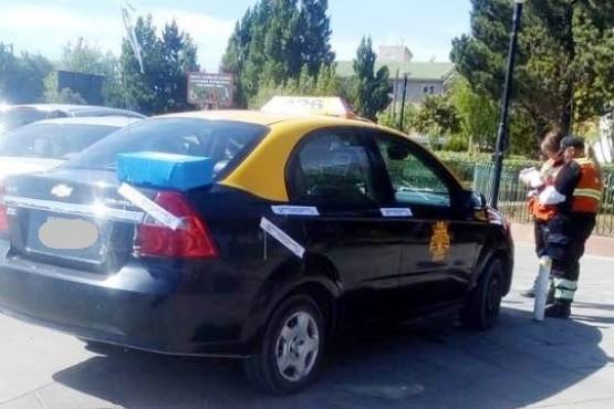 Le secuestraron el taxi por no respetar el espacio reservado