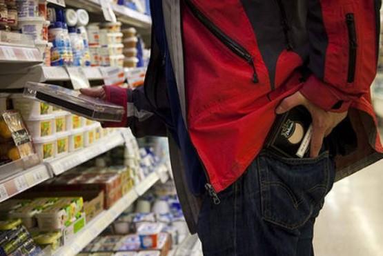 Investigan a un policia que robó en un supermercado y luego chocó el auto del dueño