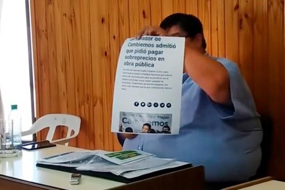 Los concejales imprimieron las notas periodísticas que replicaron los dichos de Costa y los repartieron en el recinto.