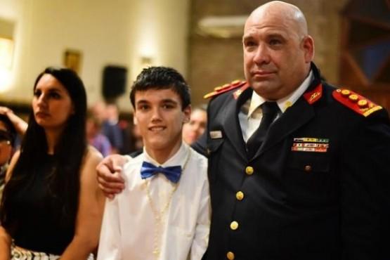 Un chico eligió al bombero que le salvó la vida como padrino de confirmación