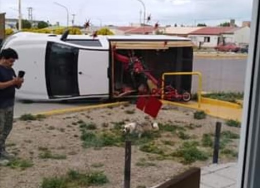 Impresionante choque entre camioneta y Ford Ka