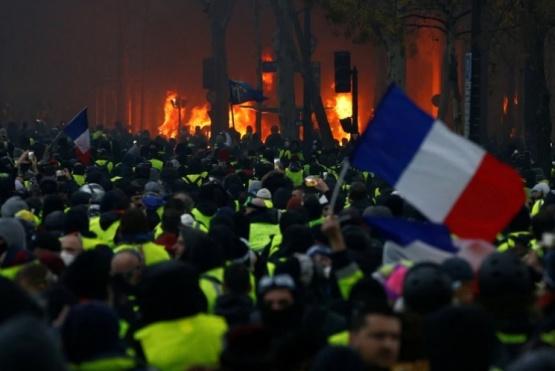 Finalmente el gobierno francés suspenderá el aumento de combustibles
