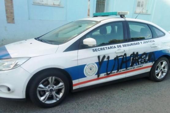 Mirá todas las fotos de las pintadas en la comisaria y móviles policiales