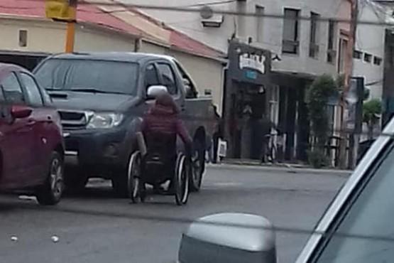 Obstruyen rampa de discapacitados