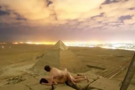 Una pareja tuvo sexo en la cima de una pirámide.