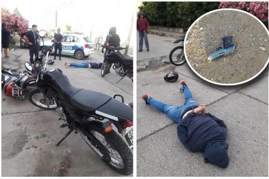 Persiguen a presuntos motochorros e incautan arma