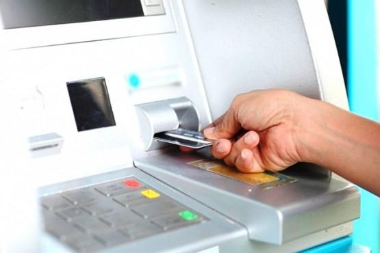 La mujer transfirió dinero desde su cuenta bancaria.
