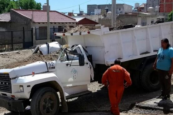 Pudo ser tragedia: retro excavadora cayó sobre la cabina de un camión