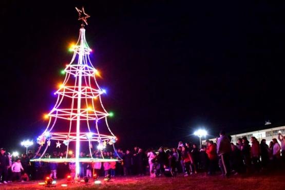 Quedó encendido el árbol navideño en la Costanera