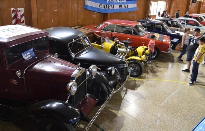 Vista general de la exposición de autos clásicos y antiguos que estará habilitada hasta hoy, en adhesión a la reciente celebración de un nuevo aniversario de Caleta Olivia.