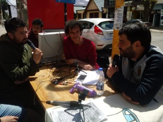 Matias Bezi, en la mesa de la radio.