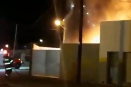 Seis autos se prendieron fuego al incendiarse un taller