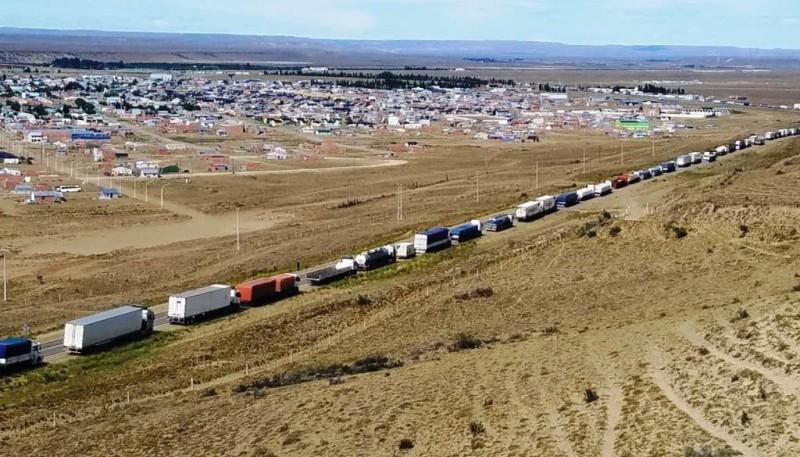 Se calculó que más de quinientos vehículos quedaron en la ruta a la espera de poder cruzar por el puente ubicado sobre el río Santa Cruz. (A. Subirá)