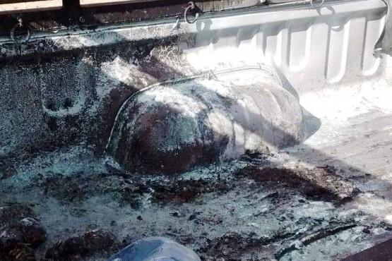 Pasó cerca de cubiertas de una manifestación y se le incendió la camioneta