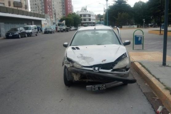 Chocó una grúa, una Jeep, un edificio y dejó abandonado su auto
