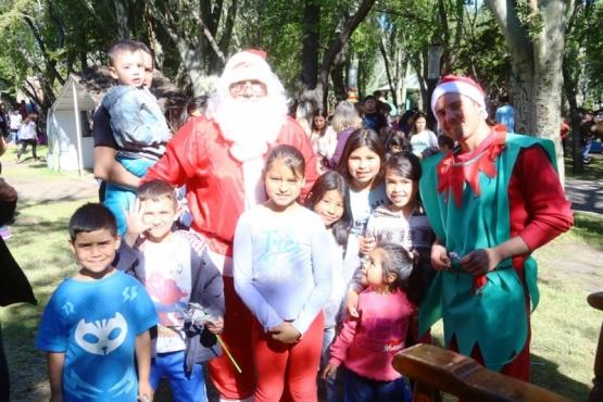 Papá Noel con algunos de los chicos que lo visitaron ayer en una tarde hermosa.