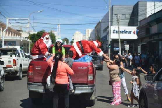 Papá Noel repartió más de 100 mil bolsitas de golosinas a los chicos