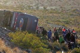 Volcó un micro en la alta montaña y hay al menos 3 muertos