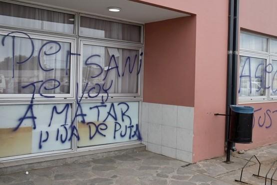 Las amenazantes frases en el frente del Hospital Zonal fueron pintadas con aerosol a plena luz del día.