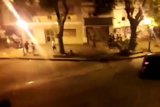 Descontrol en una fiesta clandestina: 800 jóvenes se enfrentaron a la policía
