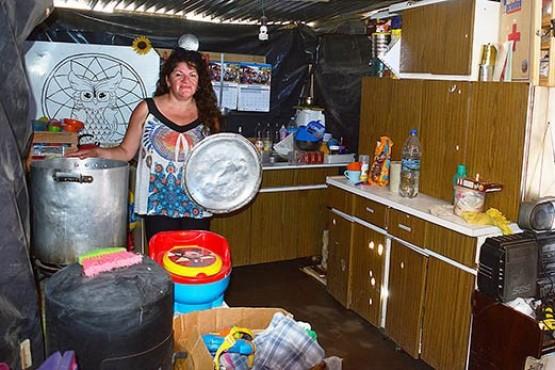 """La crisis social: 80 personas por día piden alimentos en el comedor """"El Refugio"""""""