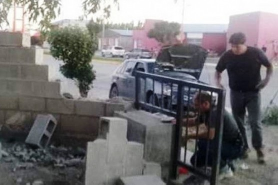 Ex policía protagoniza violento choque y se fuga