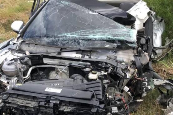 Impresionante choque frontal entre un camión y un auto