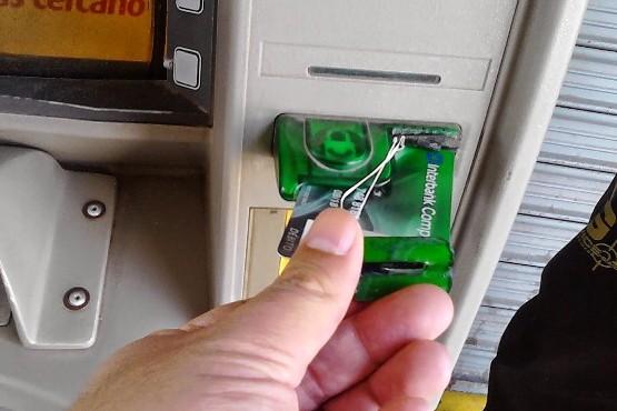 Encontraron otro dispositivo para clonar tarjetas en cajeros automáticos