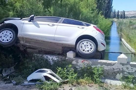 Se despistaron y quedaron colgados de un puente