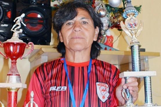 La futbolista de 51 años que venció al cáncer y salió campeona