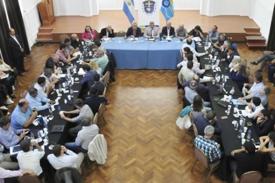 Arcioni define la agenda de gobierno con perfume electoral