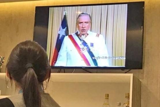 Denuncian que salón Vip del aeropuerto exhibió a turistas un discurso y homenaje a Pinochet